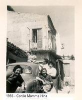 Famiglia felice. 1955 - Cortile Mamma Nina   - Sommatino (1730 clic)
