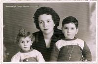Mamma e i suoi due figli Sommatino 1958- Mamma e figli  - Sommatino (1708 clic)