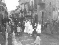 Padre accompagna la sposa. Corteo matrimoniale - Sommatino 1954  - Sommatino (4533 clic)