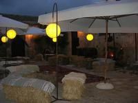 cortile interno - sedili di paglia - Baglio Strafalcello - 22 giugno 2010  - Castellammare del golfo (5956 clic)