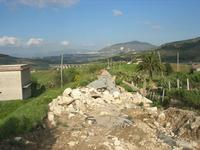 strada interrotta - all'orizzonte Alcamo ed il Monte Bonifato - 11 aprile 2010   - Segesta (1697 clic)