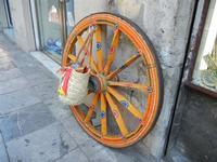 ruota carretto e coffa  davanti ad un negozio di souvenir - 8 agosto 2011 PALERMO LIDIA NAVARRA