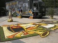 Finanza e Arte - Terza Edizione - Piazza Trigona - bozzetto infiorato: Trombettieri, Fanfare e Musica nella GUARDIA DI FINANZA - divisa d'epoca - 16 maggio 2010   - Noto (2823 clic)