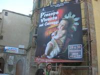 sul trenino turistico - visita alla città - Chiesa di S. Pietro e locandina del Presepe Vivente nei