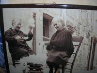 due anziane donne intente a filare, davanti l'uscio di casa - 21 marzo 2010   - Caccamo (8342 clic)