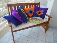 divanetto con cuscini e piatto in ceramica - Nino Parrucca - 27 agosto 2011  - Alcamo marina (1058 clic)