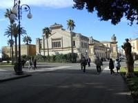 il Teatro visto dal Giardino Pubblico Vittorio Emanuele - 5 dicembre 2010   - Caltagirone (2306 clic)