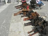 carrettini artigianali in legno esposti lungo la strada - 16 maggio 2010  - Noto (2924 clic)