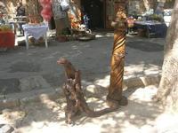 sculture in legno e bancarelle sullo sfondo - 16 maggio 2010  - Noto (2703 clic)