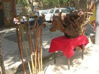 bastoni, scultura in legno e bancarelle sullo sfondo - 16 maggio 2010  - Noto (3419 clic)