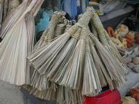 imbarcadero per l'Isola di Mozia - scope realizzate con le foglie di palma nana dal Poeta Incisore PEPPE GENNA - 7 novembre 2010  - Marsala (1614 clic)