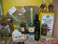 esposizione olio, conserve e prodotti tipici - Castello di Rampinzeri - 6 giugno 2010  - Santa ninfa (4137 clic)