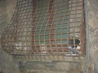 finestra con grata in ferro battuto a collo d'oca - 4 dicembre 2010  - Caltagirone (1950 clic)