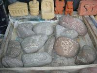 imbarcadero per l'Isola di Mozia - pietre scolpite e sassi incisi dal Poeta Incisore PEPPE GENNA - 7 novembre 2010  - Marsala (1380 clic)