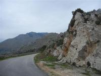 strada tra le rocce ed il panorama - 30 ottobre 2011  - Balata di baida (682 clic)
