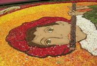 Infiorata 2010 - Bozzetti ispirati al tema: Musica dipinta: le forme e i colori della musica - SUONATORE DI FLAUTO - particolare - Via Nicolaci - 16 maggio 2010   - Noto (2494 clic)