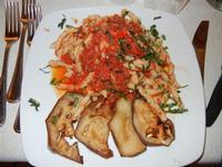 busiate con pesto alla trapanese (pomodoro fresco, mandorle, melanzane, basilico, olio ed aglio) - Busith - 5 giugno 2011  - Buseto palizzolo (1157 clic)