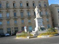 monumento a Garibaldi nella omonima piazza - 31 luglio 2010  - Trapani (1698 clic)