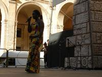 Spettacolo multietnico UNA SOLA FAMIGLIA UMANA nel cortile del Collegio dei Gesuiti - 19 giugno 2011  - Sciacca (674 clic)
