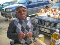 imbarcadero per l'Isola di Mozia - il Poeta Incisore PEPPE GENNA mentre intreccia le foglie di palma nana per ricavarne scope - 7 novembre 2010  - Marsala (2604 clic)