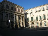 Piazza Umberto I e Banco di Sicilia - 4 dicembre 2010  - Caltagirone (1929 clic)