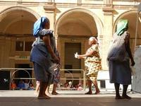 Spettacolo multietnico UNA SOLA FAMIGLIA UMANA nel cortile del Collegio dei Gesuiti - 19 giugno 2011  - Sciacca (630 clic)
