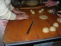 preparazione dolci di Natale con ripieno alle mandorle - I.C. G. Pascoli - 14 dicembre 2009  - Castellammare del golfo (3150 clic)
