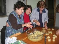 preparazione dolci di Natale con ripieno alle mandorle - I.C. G. Pascoli - 14 dicembre 2009  - Castellammare del golfo (5483 clic)