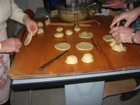 preparazione dolci di Natale con ripieno alle mandorle - I.C. G. Pascoli - 14 dicembre 2009  - Castellammare del golfo (3328 clic)