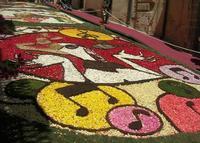 Infiorata 2010 - Bozzetti ispirati al tema: Musica dipinta: le forme e i colori della musica - MILLE BOLLE - Via Nicolaci - 16 maggio 2010      - Noto (2557 clic)