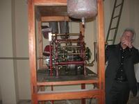 l'orologio del Palazzo VII Aprile: l'impiegato addetto ne spiega il funzionamento - 9 maggio 2010  - Marsala (1584 clic)