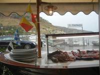 pesci in vetrina e vista sul porto - La Cambusa - 25 settembre 2011  - Castellammare del golfo (775 clic)