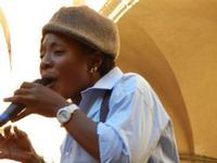 Spettacolo multietnico UNA SOLA FAMIGLIA UMANA nel cortile del Collegio dei Gesuiti - 19 giugno 2011  - Sciacca (1083 clic)