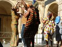 Spettacolo multietnico UNA SOLA FAMIGLIA UMANA nel cortile del Collegio dei Gesuiti - 19 giugno 2011  - Sciacca (622 clic)