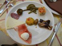 BAGLIO NOVO - antipasto misto: salame, prosciutto crudo, primosale, mozzarella, melanzana, oliva, frittatina, polpettina vegetale, tabulè, fagiolini - 15 agosto 2011  - Fulgatore (1369 clic)