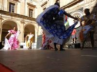 Spettacolo multietnico UNA SOLA FAMIGLIA UMANA nel cortile del Collegio dei Gesuiti - 19 giugno 2011  - Sciacca (691 clic)