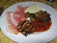 antipasto rustico: prosciutto crudo, formaggio fresco, olive condite, fungo e melanzana arrosto, caponata di melanzane - Quadrifoglio - 6 gennaio 2010  - Santa ninfa (8500 clic)