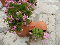 un originale vaso per fiori - interno Baglio Isonzo - 23 maggio 2011  - Scopello (886 clic)