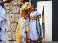 Spettacolo multietnico UNA SOLA FAMIGLIA UMANA nel cortile del Collegio dei Gesuiti - 19 giugno 2011  - Sciacca (889 clic)
