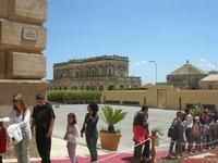 Infiorata 2010 - dalla Via Nicolaci il Palazzo Ducezio - sede del Municipio - 16 maggio 2010    - Noto (2572 clic)
