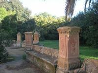 Villa Patti - sedile in pietra e giardino - 5 dicembre 2010 CALTAGIRONE LIDIA NAVARRA