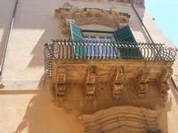 uno dei balconi (simbolo del barocco netino) del Palazzo dei Principi di Villadorata - Via Nicolaci - 16 maggio 2010    - Noto (2063 clic)