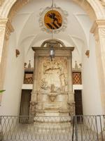 stemma e fontana nel cortile di un palazzo - 8 agosto 2011 PALERMO LIDIA NAVARRA
