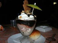 Coppa Cupido - gelato nocciola, gelato cioccolato, gelato bacio, panna, cioccolata calda, amaretto, noccioline - La Piazzetta - 31 luglio 2010  - Balestrate (9094 clic)