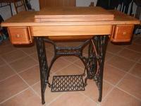 il mobiletto di un'antica macchina da cucire SINGER, ancora funzionante - 4 dicembre 2011  - Bagheria (783 clic)