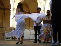 Spettacolo multietnico UNA SOLA FAMIGLIA UMANA nel cortile del Collegio dei Gesuiti - 19 giugno 2011  - Sciacca (543 clic)