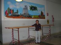 la prof.ssa Angelica Maimone ed il suo murales - I.C. Pascoli - 22 giugno 2010  - Castellammare del golfo (2552 clic)