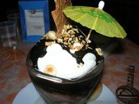 Coppa Cupido - gelato nocciola, gelato cioccolato, gelato bacio, panna, cioccolata calda, amaretto, noccioline - La Piazzetta - 31 luglio 2010  - Balestrate (7968 clic)