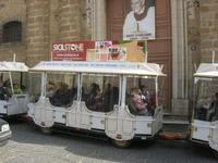il trenino turistico passa davanti la Chiesa del SS. Salvatore - 4 dicembre 2010 CALTAGIRONE LIDIA N