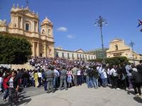 la folla dinanzi la Cattedrale - Infiorata 2010 - 16 maggio 2010   - Noto (2894 clic)